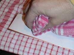 Presionamos el trapo sobre el papel