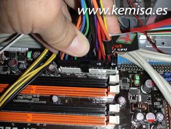 Conexión a la placa base del cable principal de alimentación
