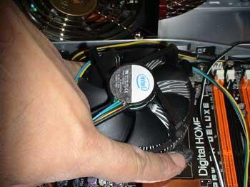 Apretamos las pestañas del ventilador del procesador