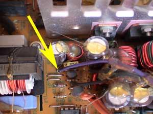 Cable violeta en la fuente de alimentación.